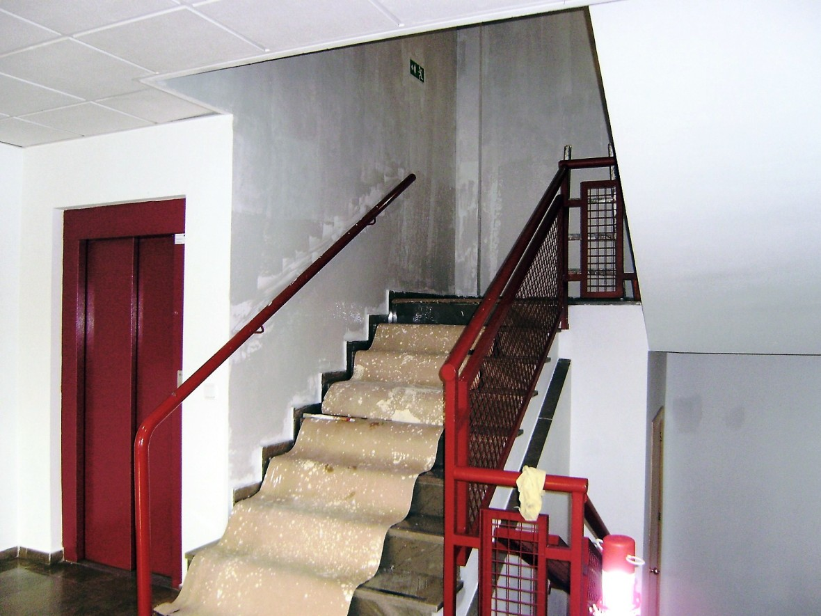 Pintar las paredes y de metal en el interior - escaleras interiores de la escuela