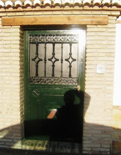 Puerta exterior - pintura metálica en detalle