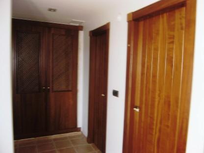 Pasillo interior - pintura detalles de madera y paredes