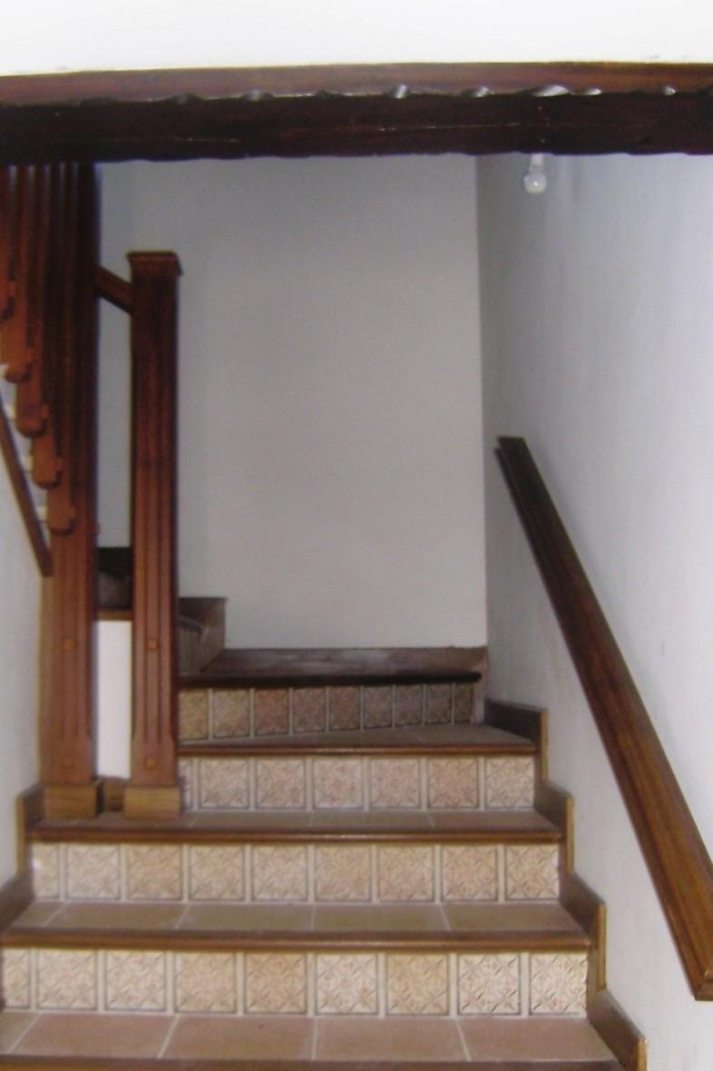 Escaleras interiores - detalles de pintura en madera